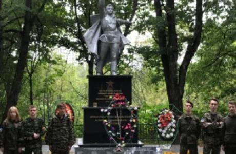 памятник в дерене Каменка